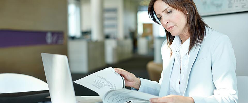 Kobieta przeglądająca dokumenty
